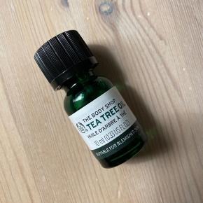Den populære Tea Tree Oil fra The Body Shop.  Købt for under en uge siden efter anbefaling. Synes dog ikke min hud reagerer så godt på den.   10 ml. Nypris 65 kr.