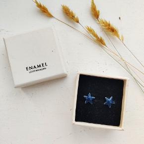Mørkeblå stjerneøreringe fra Enamel Copenhagen