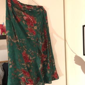 Flot nederdel, der er brugt maks tre gange:) realistiske bud modtages også 👍🏼