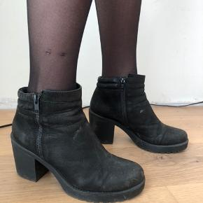 Fede sorte støvler fra vagabond i str. 38. Med god hæl af gummi, der er gode at gå i. Ægte skind - der dog er lidt slidt - se billeder. Derfor den meget billige pris 🌸
