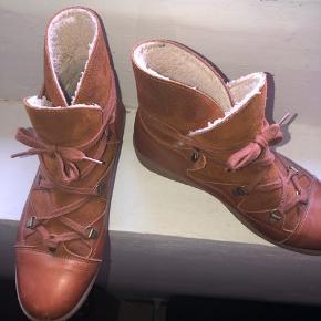 Super fin Ganni støvle, som sagtens kan bruges mange flere år endnu! Har haft meget glæde af dem da de er super praktiske og moderigtige. Str. 39 (lidt stor)