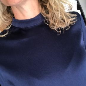 Smuk silkekjole fra Hosbjerg i str M, støvet mørkeblå med høj hals, 7/8 ærmer og lynlås bagpå.  Falder så flot. Brugt 3 gange.