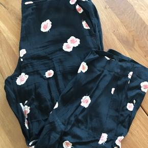 Fine bukser fra Envii, i str L. Der mangler en knap, men der er to hæfteknapper (se billede) 😊