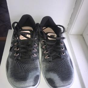 Fede army grønne Nike free gummi sko. Er aldrig brugt da størrelsen ikke passer mig. Det er en 38/39. Købt i USA så der er ikke så mange der har dem i dk.