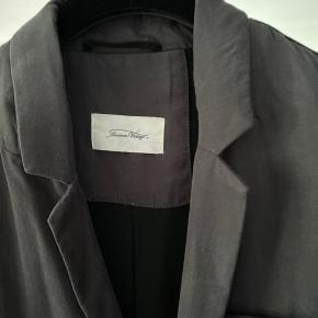 Fineste mørkegrå habit hakke fra american vintage. Modellen hedder nalastate og er en lækker blød/loose oversized jakke. Farven hedder antracit og er mørk grå.