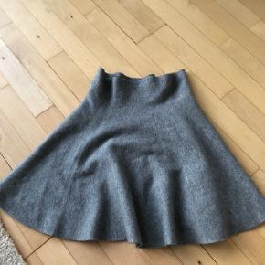 Fin nederdel fra Veromoda, aldrig brugt. Passes også af en small. God til vinter Køber betaler fragt :)