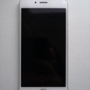 IPhone 6 i hvid, 64 GB. Sælges til den første der byder 700 kr.  Brugsridser, samt flænge i skærmen.  Da jeg har forsikring på den, er det også muligt at jeg kan få telefonen ombyttet, således jeg får en telefon med nyt batteri samt ny skærm. Det er derfor også muligt at vi kan købe denne, men så er prisen 1400 kr.