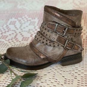 Købt hos Buch. Mærke: Forever Folie.  Lækre korte støvler med flotte detaljer. Skønnes alm. i str.  Bytter ikke. Prisen er fast. Kun handel via KØB NU.