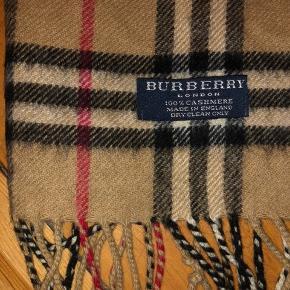 Burberry cashmere halstørklæde. Det er i rigtigt fin stand  Længden er 134 (uden frynserne) Bredden er 30 cm 100% cashmere