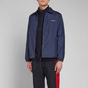 Carhartt Coach jakke i navy Cond 10/10 Er prøvet på, men aldrig brugt. God overgangsjakke. Nypris 800kr