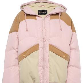 Sælger min helt nye Stine Goya jakke - sælges da jeg desværre aldrig har fået den brugt.  BYD gerne
