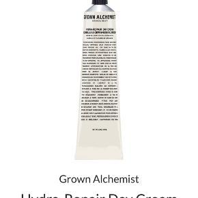 Grown Alchemist Hydra-Repair Day Cream Camellia & Geranium Blossom   Denne ikke-fedtende, nærende fugtigehdscreme forbedrer synligt hudens fugtniveau uden at efterlade overskydende olie eller shine på huden  Ny og uåbnet - stadig i æske (pap-æsken har dog fået en lille olie plet) - 65 ml