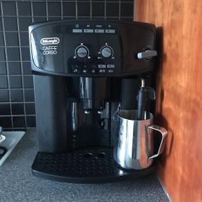 Delonghi espresso maskine med kværn i til og male bønner. Kan lave enkelt shot eller dobbeltshot. Det er mælkesteamer med i maskinen. Lave en lækker latte osv. På få minutter. Kande til og lave mælk i medfølger. Ny pris 3500kr. Har desværre ikke kvittering da det er en gave.  Sælges kun pga. Flytning. Er åbne for seriøse bud.