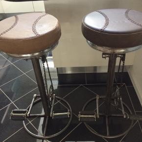 To virkelig fine barstole i specialdesign fra interiørbutikken Zoom i Odense med sæder i ægte læder. Har aldrig været brugt, så de er i virkelig god stand.  Oprindelig pris pr. stol: 1500 kroner.  BYD på prisen.