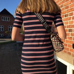 Svare til: xs-s  Stribet kjole  Skriv for forhandling om pris mm.   Køber betaler fragt