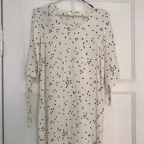 Sød og let sommerkjole fra H&M. Kjolen er i et tyndere materiale, som gør den let og skøn at have på.   3/4 ærmer med bindebånd.   Brugt én gang.