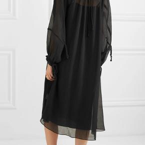 Oversized kjole i løs pasform skaber den perfekte balance mellem et chickt og sofistikeret look. Kjolen er fremstillet i en bomulds- og silkeblanding og fremhæver begge dele med sin midi-længde, flatterende drapering og nøglehulsknaplukning i ryggen.  BEMÆRK: kjolen er blevet lagt op, så den er kort!! Længde fremgår længere nede. Det ses også på sidste billede, som er af min egen kjole.  Materiale: 67% bomuld, 33% silke.  Mål str. 32: bryst 52cm, længde ca. 90cm. Nypris: 2700kr  #30dayssellout.