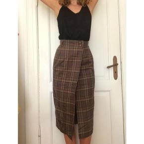 Skirt perfect for casual and business events! It looks great on the waist and fits a 34. Price is negotiable;)