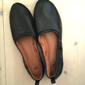 Aldrig brugte sorte ballerinaer fra H&M i str 41. Sælges fordi de er lidt for små til mig.   køb 3 og betal for 2 på alle mine annoncer (den billigste er gratis)