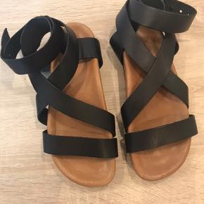 Lækre skind sandaler fra Selected.  Aldrig brugt. Lidt bred i str. Men længden svarer til alm. 37