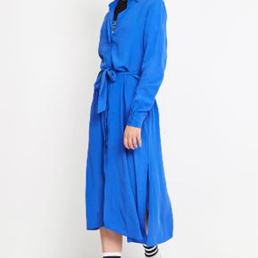 Kjolen er fin i sig selv, men også med en vest eller strik over eller med bukser under.