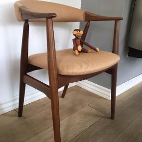 Lækker teak stol med armlæn og lyserød møbelstof. Dansk møbelproducent