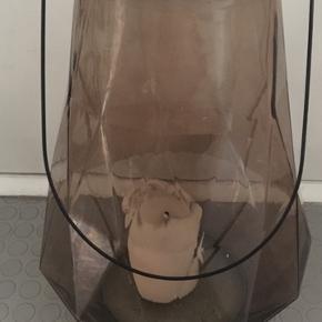 Fin glasstage i god stand uden skår i lys lilla.  Mål: 38x24 cm
