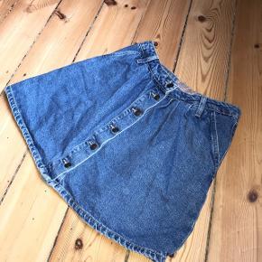 """Fin nederdel fra Zara med knapper.  Anvend """"køb nu"""" - først til mølle.  Se mine andre annoncer og spar porto. Har en masse fra bl.a. Zara, Ganni, Munthe, H&M, vintage ting og meget mere🌸🛍"""