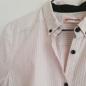 Rigtig smuk skjorte fra custommade i str. 36. Aldrig brugt🌟 Np 899kr. Kom med et bud 🌸 sender gerne!