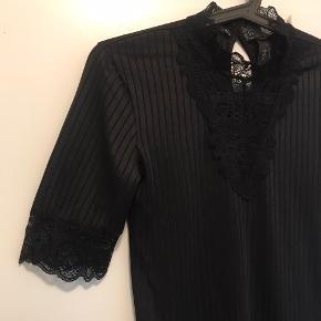 Sort bluse fra Y.A.S med fine blinde detaljer