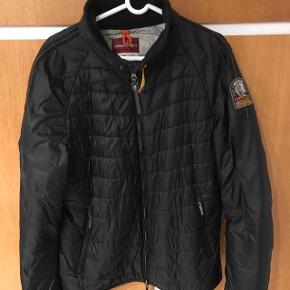"""Sælger denne super lækre jakke fra parajumpers med """"special edition"""" logo på siden. Jakken er light weight, hvilket gør den super komfortabel, og varmen er også helt i top.  Ingen tegn på slid, hverken materiale eller farve.  Sælges fordi den er for lille  Størrelse L 1100-,"""