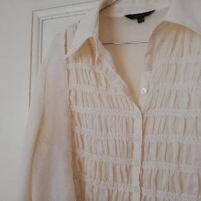 Rigtig fin romantisk vintage skjorte med flæser og fine ærmer. Str 38-40