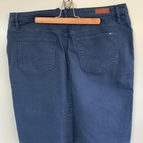 Tommy Hilfiger nederdel i mørkeblå denim. Kun brugt få gange. Str. 12, mener det svarer til en str. 42.