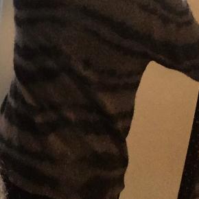"""Brugt men stadig fin let strik fra Rabens Saloner. """"Zebra-stribet"""" grå og sort."""
