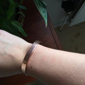 Kobber armbånd   Armbåndet kan justeres i størrelsen. Det har et par enkelte ridser, men det ses ikke tydeligt.  Den kan afhentes i Odense M eller sendes med brev for 18kr.  Ved køb af flere varer gives der mængderabat. Bud er velkomne.