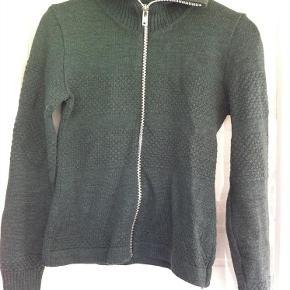 Varetype: strik Farve: grønlig Oprindelig købspris: 800 kr.  Super lækker sømandsstrik.  50% wool/50% akryl  Bytter ikke!