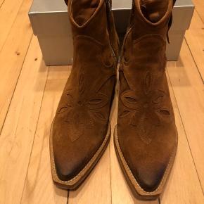 Sælger mine smukke Bukela støvler som har været på 1 gang i 3 timer til en barnedåb - de er som kom de fra butikken :-)  Kan hentes og prøves på min adresse efter aftale :-) de er SÅ fede! Jeg har bare nogle støvler jeg altid går med hvis jeg endelig går med det - men skulle jo bare lige bruge disse til mit outfit den pågældende dag - men et lidt par dyre sko at have stående :-)   Bytter ikke og størrelsen er 36 🥰   Kh fie