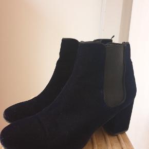 Mørkeblå velour støvler med hæl fra H&M. Gået i få gange.