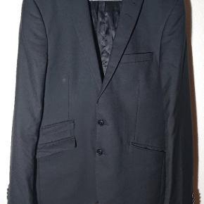 Flot klassisk ensfarvet sort jakkesæt fra Tiger of Sweden. Til mænd, sælges for min kæreste.
