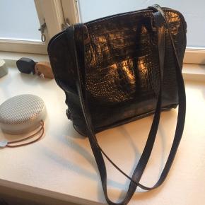 Adax vintage taske, som jeg selv har købt her på TS for flere år siden. Tasken har en fin patina og tydelige brugspor (se billeder hvor der er et hul i foret). Dog er den stadig SÅ fin og har mange gode år i sig endnu!  Se også mine andre annoncer