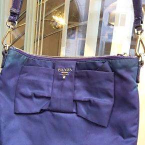 Prada crossbody nylon taske i en mega fed farve. Har lidt fade ved toppen men i god stand
