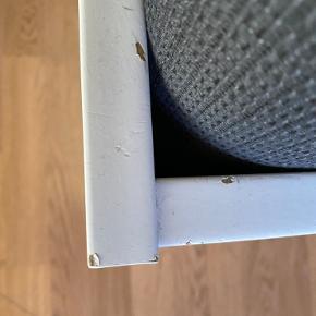 Sengeramme og sengegavl med opbevaring fra IKEA. Slidt sengeramme men sengegavl i god stand. Passer til seng 180x200 cm.