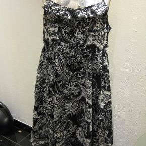 George kjole str. ingen Bm 2x57 cm elastik i kanten bagpå og regulerbare stropper - længde fra under armen og ned ca. 70 cm i siderne - asymetriske længder - ingen stræk. 100 kr plus porto (m9009)