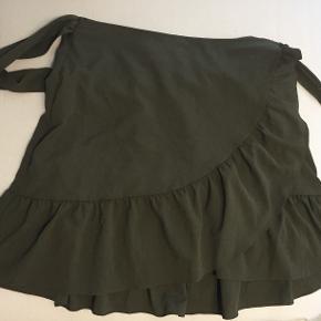 ''Wrap'' nederdel fra Vero Moda med elastik bagpå, aldrig brugt. Fra ikke-ryger hjem :-)