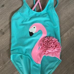 Badedragt med flamingo str. 92.   Helt sprit ny, stadig med hygiejne beskyttelse i skridtet.