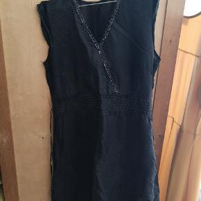 Kjolen er købt på loppemarked, derfor kendes mærke og størrelse ikke. Jeg bruger selv 40, og jeg kan passe den. Tænker den er optimal til en str. 38-40.