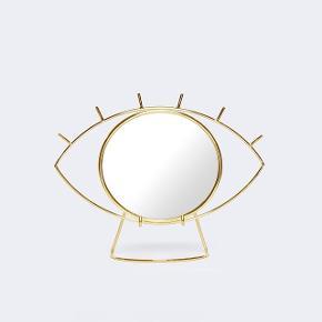 Bordspejl fra Doiy. Spejlet kan frigøres fra rammen. Det har lidt ridser bagpå og en lille sort plet på spejlet, som fremgår på billederne 😊
