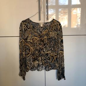 Smuk bluse, får den desværre ikke brugt.. passer både en xs og s :)