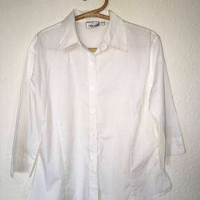Mrk: Camus. Let figursyet skjorte, Brystmål: 2 x 60, Taljemål: 2 x 50, Længde 60 cm. Mængderabat gives · Bytter ikke :)
