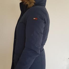 Jakken er brugt få gange i 2 vinterperioder, holder meget på varmen, er vind og vandtæt